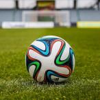 Fußball auf grünem Rasen